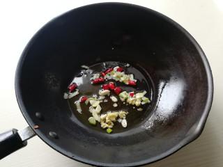 蚝油白菜,锅加油烧热,下入葱姜蒜,干辣椒炒香