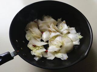 蚝油白菜,下入白菜帮片大火煸炒去水分