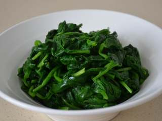 凉拌菠菜,攥干水分,备用。