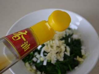凉拌菠菜,加1勺生抽,2勺醋,1勺香油。