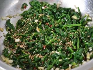 凉拌菠菜,最后撒1把熟白芝麻。