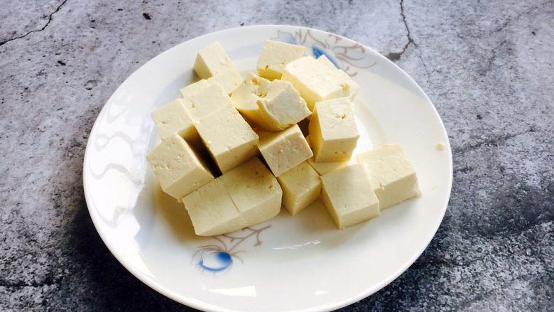 鲫鱼豆腐汤,将豆腐切成小块。