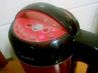 """牛奶玉米汁,盖好豆浆机的盖子,插好电源,选择""""玉米汁""""功能键,豆浆机自动加热~打磨~煮沸。"""