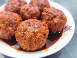 红烧狮子头,装盘,浇汁即可,可用适量小油菜进行摆盘,因为家里没有准备就没有摆。色泽均匀,汤汁有光泽,有没有食欲大开