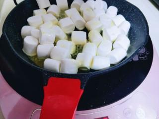 奥利奥雪花酥,放入原味棉花糖。(全程最小火)