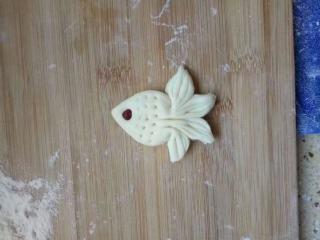 小金鱼馒头,身上点出花纹并用红豆点缀成眼