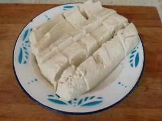 炸豆腐泡酱溜火腿韭苔,豆腐切小块