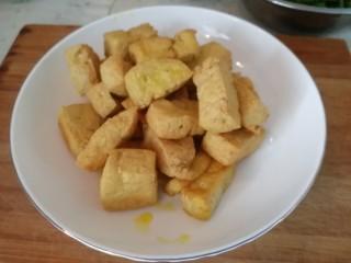 炸豆腐泡酱溜火腿韭苔,炸好的豆腐泡