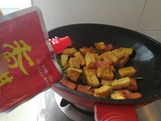 炸豆腐泡酱溜火腿韭苔,加香其酱(用别的姜代替也可以)根据个人口味加多加少。