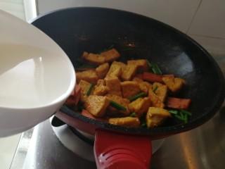 炸豆腐泡酱溜火腿韭苔,加韭苔翻炒,加半碗淀粉水。