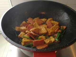 炸豆腐泡酱溜火腿韭苔,翻炒出锅