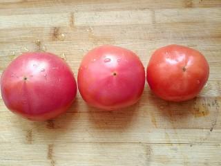 西红柿炖牛肉,选用新鲜的西红柿洗干净。