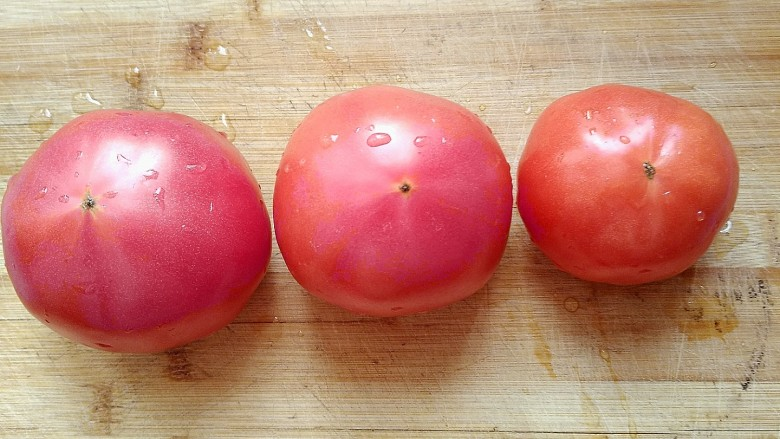 西红柿炖牛肉,选用新鲜的<a style='color:red;display:inline-block;' href='/shicai/ 3551'>西红柿</a>洗干净。