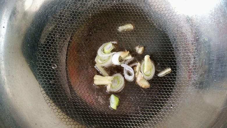 西红柿炖牛肉,锅中放油放入葱姜炒香。