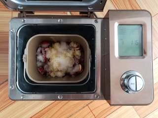 山楂雪丽球,在山楂上放上150克的糖,启动面包机的果酱功能开始熬果酱