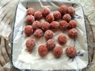 山楂雪丽球,取6-8克的山楂果泥搓圆,裹上糖粉或者很很细的白砂糖