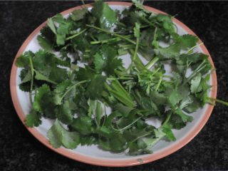 孜然羊肉,香菜干铺在盘子中间,叶子铺在四周备用