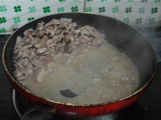 孜然羊肉,羊肉变色后将火调小,羊肉会慢慢析出很多的水分,将这些水倒掉