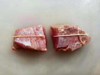 孜然牛肉串,牛肉先切成牙签长的大小方块