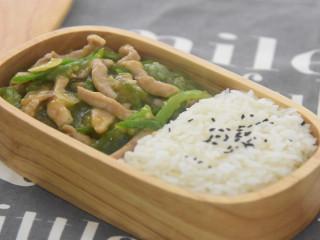 百吃而不腻的经典饭菜——青椒肉丝饭
