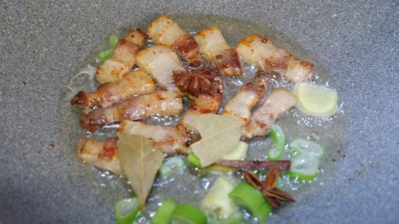 五花肉烧胡萝卜,加入葱姜以及香料,炒出香味