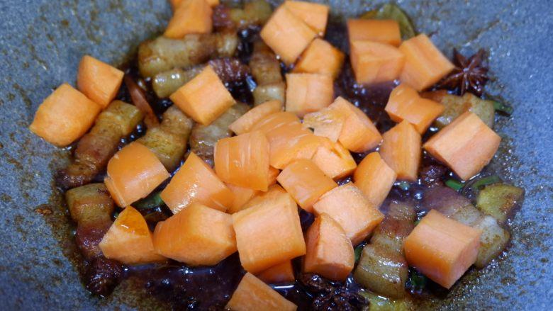 五花肉烧胡萝卜,加入胡萝卜丁,继续用中小火将胡萝卜闷熟。