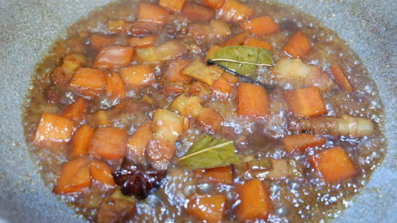 五花肉烧胡萝卜,收至汤汁浓稠即可~
