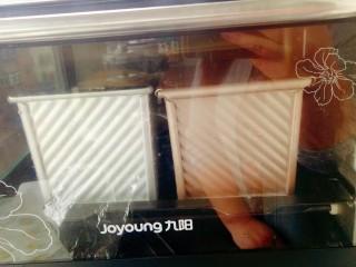 奶油奶酪吐司,烤箱180°预热十分钟,预热好后放入吐司生坯180°烘烤40分钟