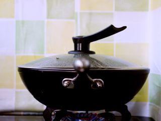 海鲜什锦一锅烩,盖上锅盖大火煮沸后转小火继续慢慢炖煮5分钟左右