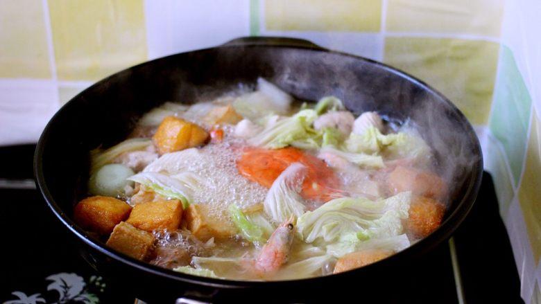 海鲜什锦一锅烩,大火煮沸后小火煮片刻至白菜叶变透明