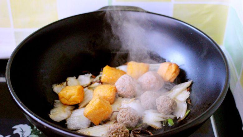 海鲜什锦一锅烩,小火继续翻炒3分钟左右