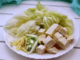 海鲜什锦一锅烩,大白菜洗净后用刀斜切成薄片、北豆腐切块备用、葱姜切丝