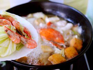 海鲜什锦一锅烩,放入大白菜叶和北极虾