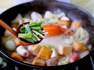 海鲜什锦一锅烩,加入切段的韭菜