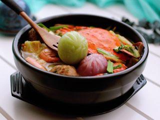 海鲜什锦一锅烩,盛入器皿里、开吃