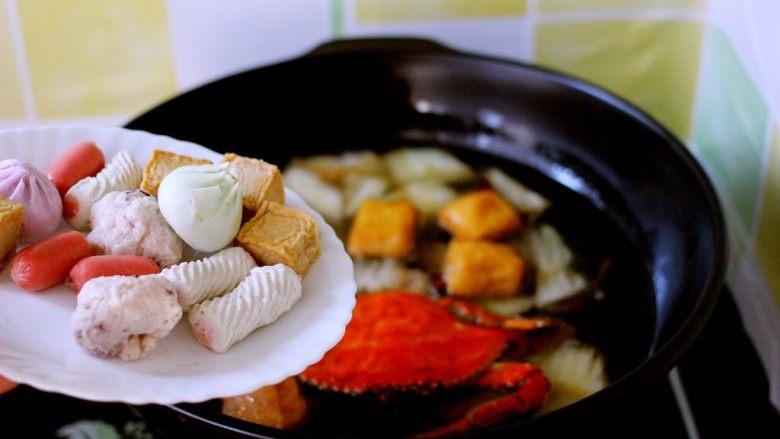 海鲜什锦一锅烩,放入自己喜欢的各种火锅丸子和小肠