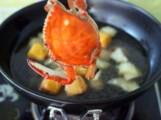 海鲜什锦一锅烩,锅里倒入适量清水后、放入梭子蟹 我都是提前洗净后蒸熟后、再用清水冲洗一下、这样做出来的菜汁干净不浑浊