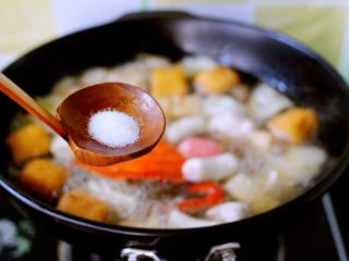 海鲜什锦一锅烩,打开锅盖、加入适量盐调味