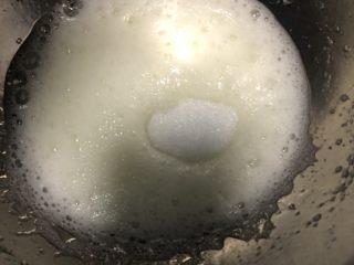 奶香小米糕,蛋白分三次加入糖打发