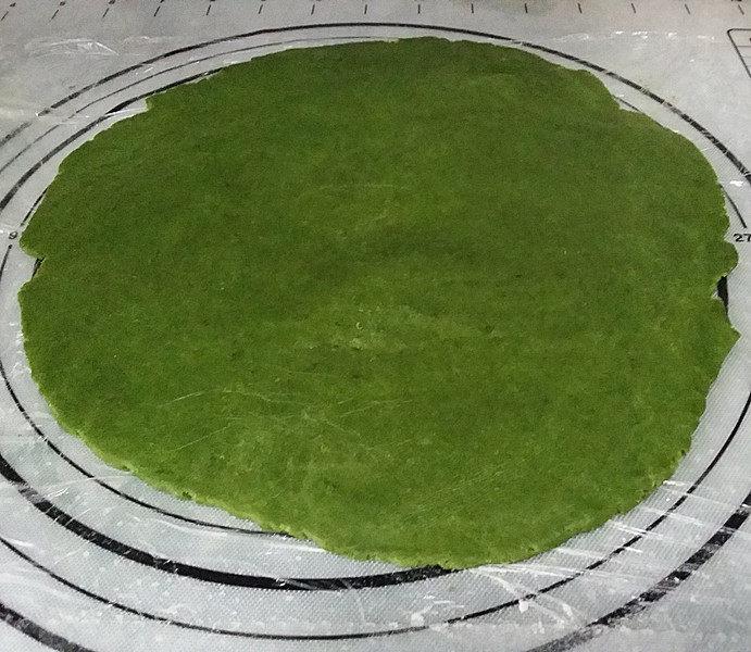 抹茶奶酪南瓜派,取出面团放入双层保鲜膜中、用擀面杖擀成大圆片