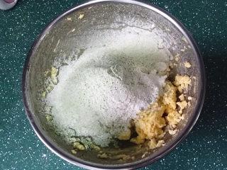 抹茶奶酪南瓜派,筛入抹茶粉和低筋面粉