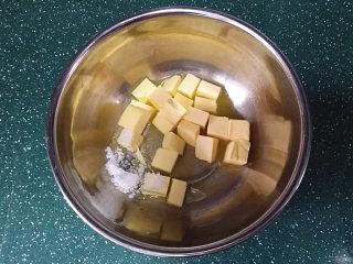 抹茶奶酪南瓜派,软化黄油、食盐和白糖放入盆中