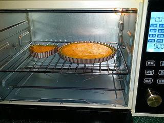 抹茶奶酪南瓜派,稍后将温度调成170度、继续烤至派馅凝固、大约需要25-30分钟