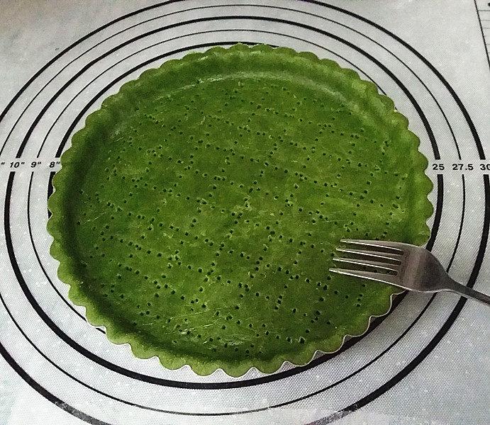 抹茶奶酪南瓜派,再用叉子叉些小孔、防止烘烤时膨胀变形