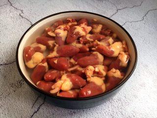 孜然烤鸡心串,将鸡心泡半个小时,清洗时最好在鸡心的筋络切口处使劲捏一捏,将鸡心里的污血挤出来。多清洗几遍,沥干水分备用。