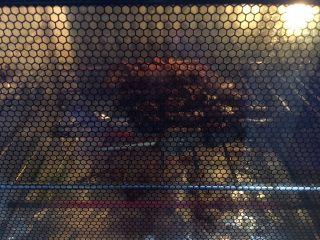 孜然烤鸡心串,放入烤箱继续烤5分钟,烤到最后一两分钟时孜然散发出香味,很诱人。