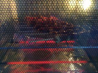孜然烤鸡心串,烤箱的底部用锡箔纸垫上,为了便于清洗烤箱。将鸡心串放在烤箱的壁网上,置于烤箱的中层,烤箱上下火设置200度,先烤10分钟。