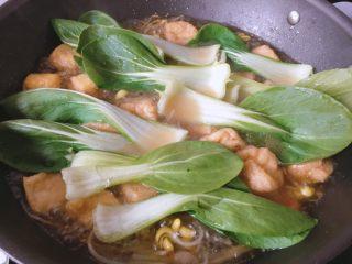 青菜豆泡汤,锅开后放入油菜