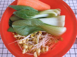 青菜豆泡汤,油菜洗净掰开,豆芽洗净备用,胡萝卜去皮