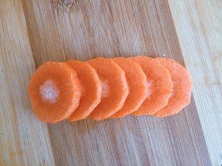 青菜豆泡汤,胡萝卜切厚片
